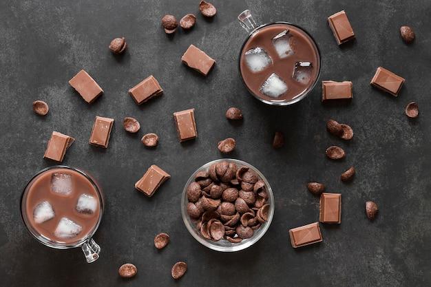 Composição criativa de deliciosos produtos de chocolate