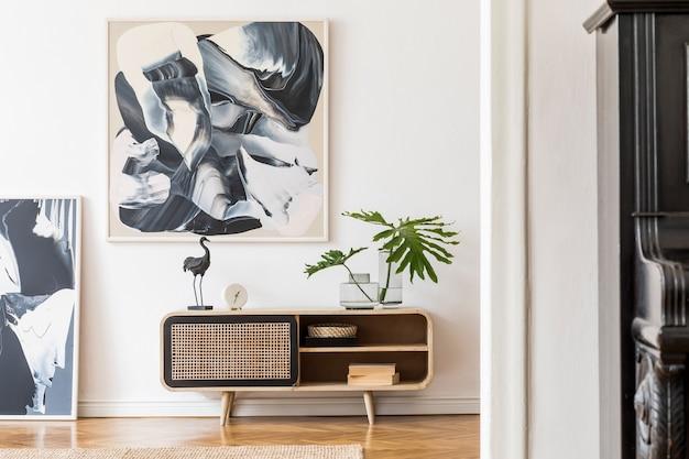 Composição criativa de design de interiores de sala de estar aconchegante e elegante com moldura, cômoda de madeira e acessórios. paredes brancas. conceito minimalista. cores neutras.