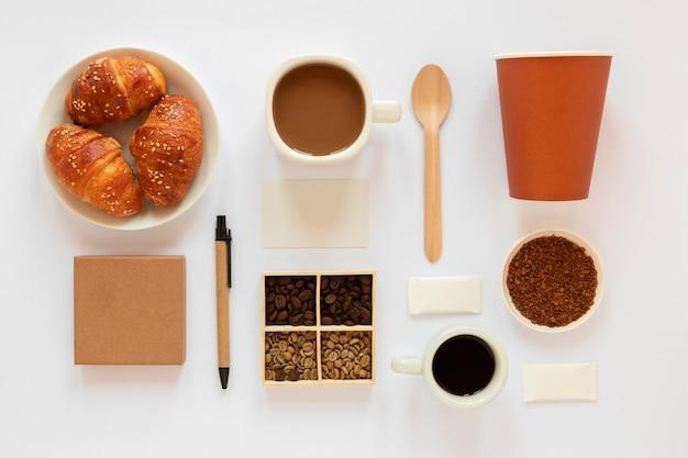 Composição criativa de elementos de café em fundo branco