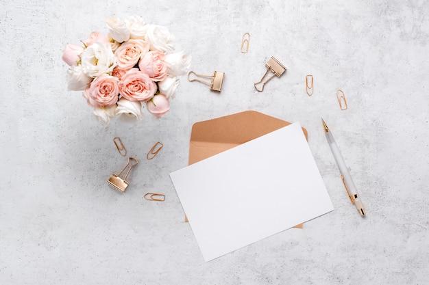 Composição criativa de flatlay de negócios de artigos de papelaria.
