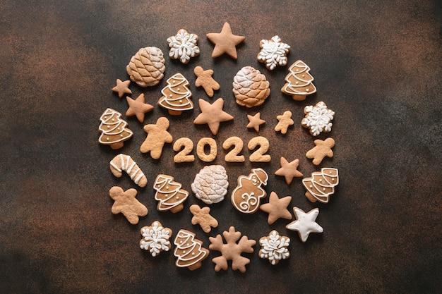 Composição criativa de natal como uma bola de biscoitos variados