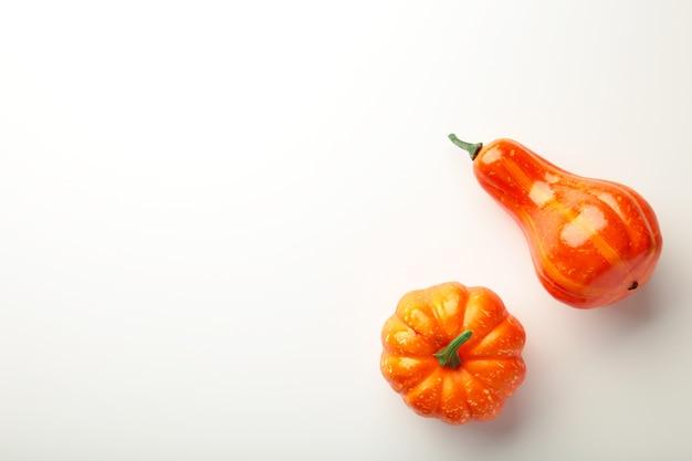 Composição criativa de outono. abóboras laranja em fundo cinza.