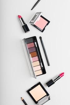 Composição criativa de vista superior de produtos cosméticos femininos.