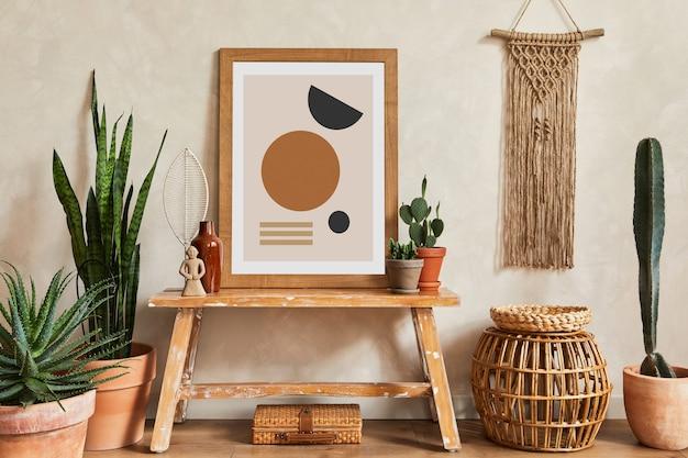 Composição criativa do interior da sala de estar elegante com simulação de quadro de pôster, banco de madeira, cesta de vime, cactos e acessórios boho. conceito de amor e natureza da planta. modelo.