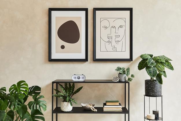 Composição criativa do interior da sala de estar moderna e elegante com dois modelos de quadros de pôster, cômoda geométrica preta, plantas e acessórios pessoais. cores neutras. modelo.