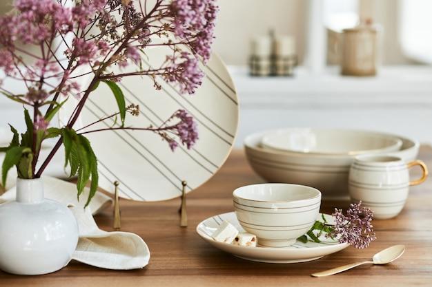 Composição criativa do interior elegante da sala de jantar com porcelana sofisticada e belos acessórios pessoais. apartamentos luxuosos. beleza nos detalhes. modelo.
