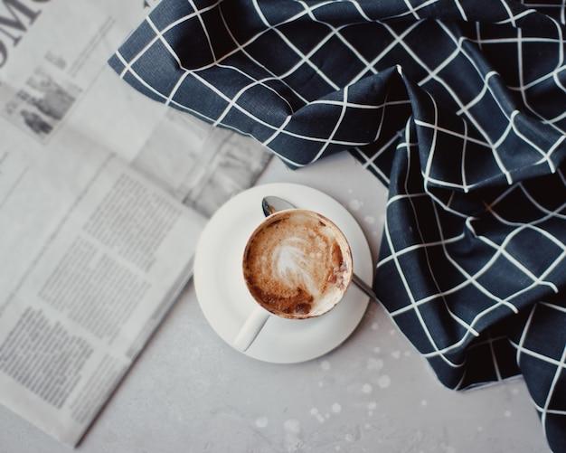 Composição criativa plana leiga com delicioso café quente na mesa