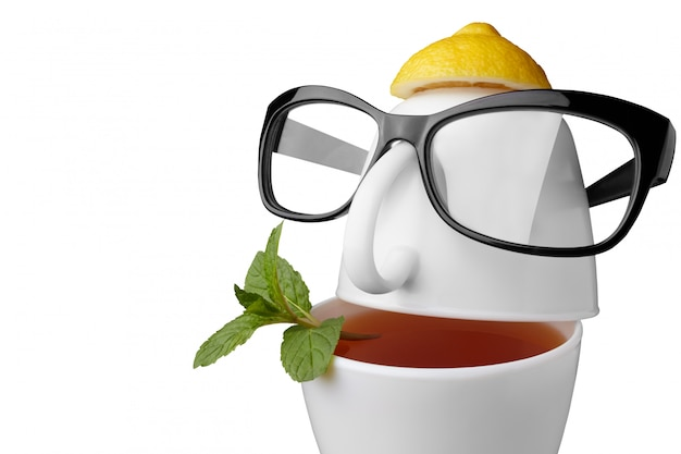 Composição criativa sobre o tema do chá. xícaras de chá em forma de rosto humano com óculos. isolado no branco