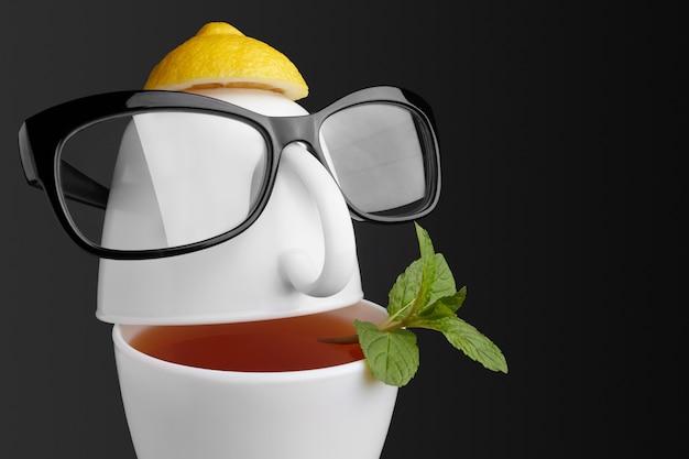 Composição criativa sobre o tema do chá. xícaras de chá em forma de rosto humano com óculos