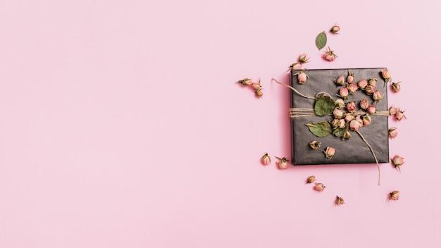 Composição da caixa de presente com flores