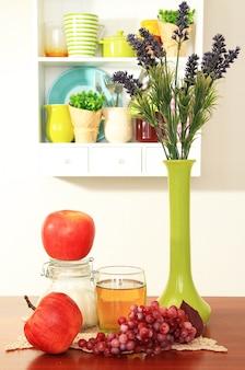 Composição da cozinha na mesa no fundo da prateleira