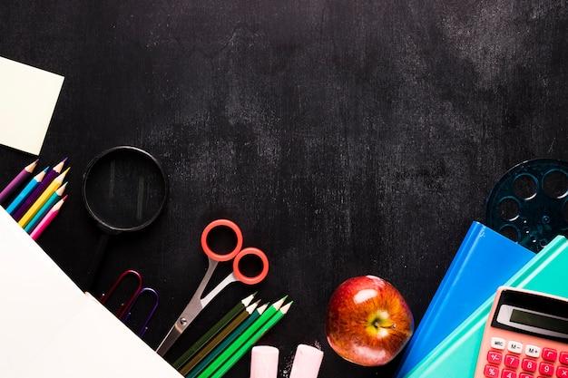 Composição da escola com papelaria na mesa