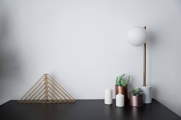 Composição da estante de ouro e vaso de cobre e candeeiro de mesa elegante em ouro