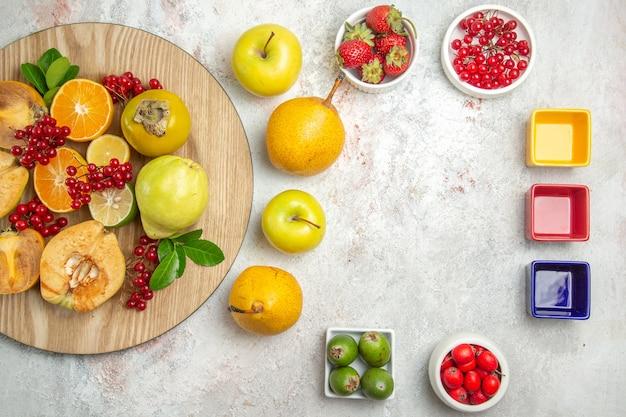 Composição da fruta com frutas diferentes na mesa branca