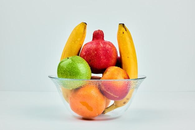 Composição da fruta em um copo de vidro.