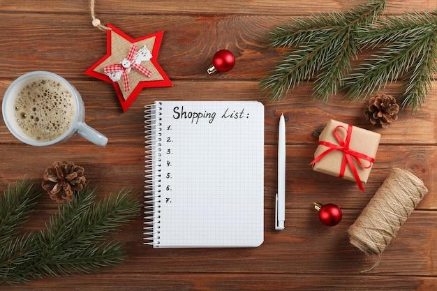 Composição da lista de compras de natal com o tema vista superior das compras de natal