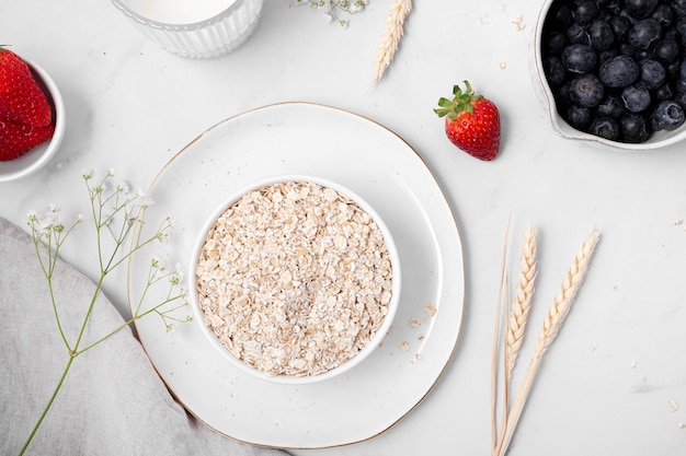 Composição da mesa branca com comida deliciosa e saudável