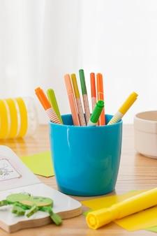 Composição da mesa com recipiente para canetas