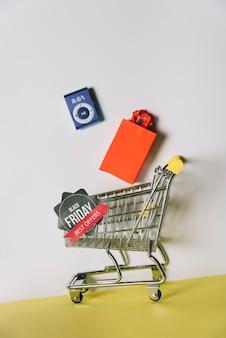 Composição da sexta-feira negra com produtos no carrinho de compras