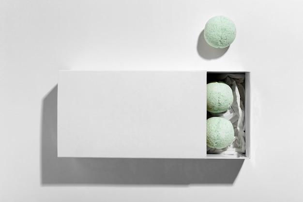 Composição da vista superior de bombas de banho verdes em fundo branco
