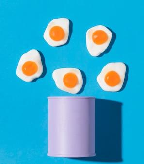 Composição da vista superior de deliciosos doces de ovo doce
