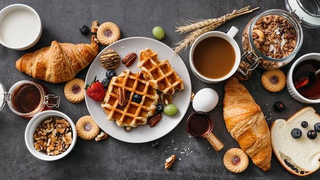 Composição da vista superior de saborosos itens de café da manhã