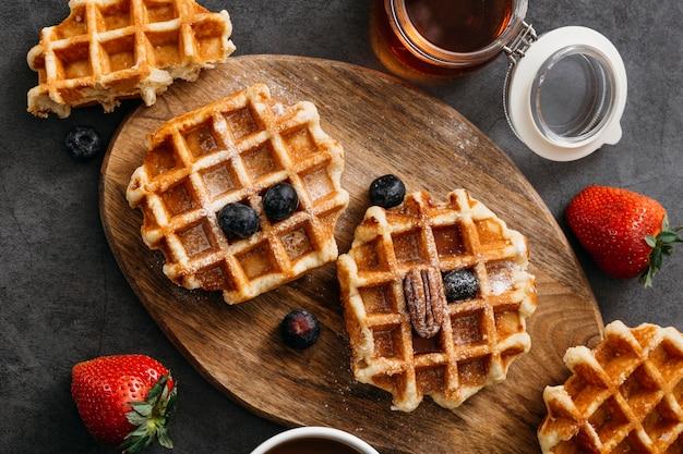 Composição da vista superior de saborosos waffles