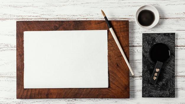 Composição da vista superior de tinta chinesa com cartão vazio