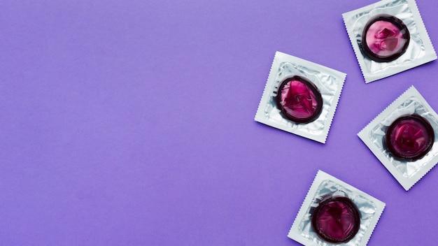 Composição da vista superior do conceito de contracepção no fundo roxo com espaço de cópia