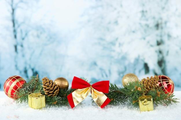 Composição das decorações de natal em fundo claro de inverno