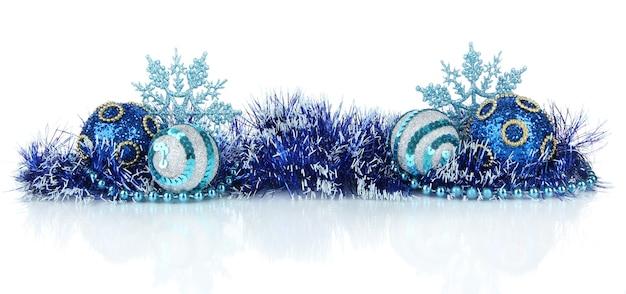 Composição das decorações de natal isoladas em branco