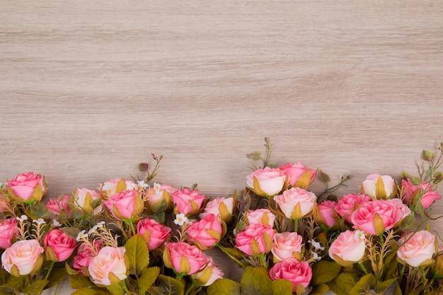 Composição das flores no backgound de madeira para o conceito do casamento ou do anniversay