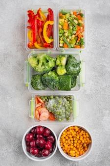 Composição de alimentos congelados na mesa