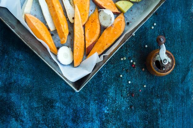 Composição de alimentos saudáveis com batatas assadas