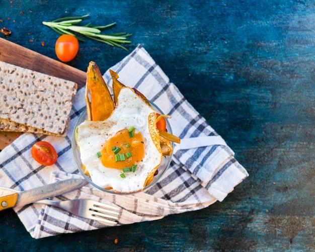 Composição de alimentos saudáveis com ovo frito