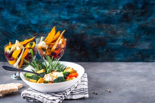 Composição de alimentos saudáveis com salada colorida