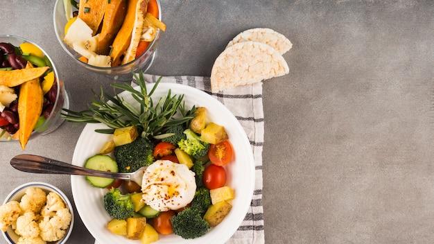 Composição de alimentos saudáveis com salada fresca