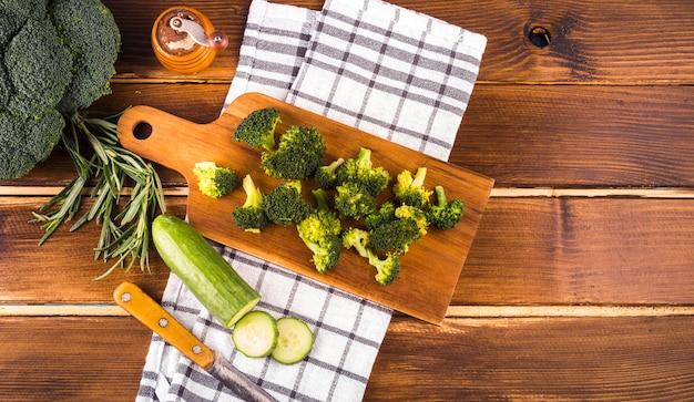 Composição de alimentos saudáveis com utensílios de cozinha