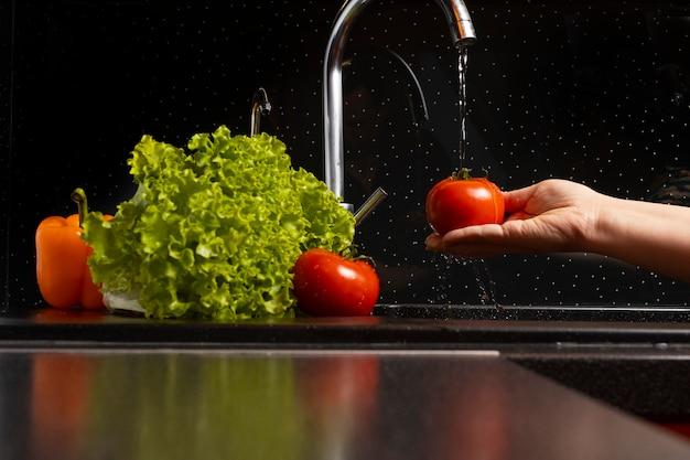 Composição de alimentos saudáveis sendo lavados