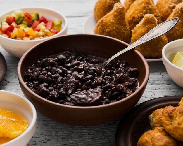 Composição de alto ângulo com deliciosa comida brasileira
