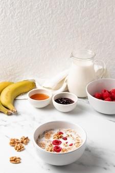 Composição de alto ângulo de ingredientes e cereais saudáveis