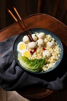 Composição de alto ângulo do delicioso bakso indonésio