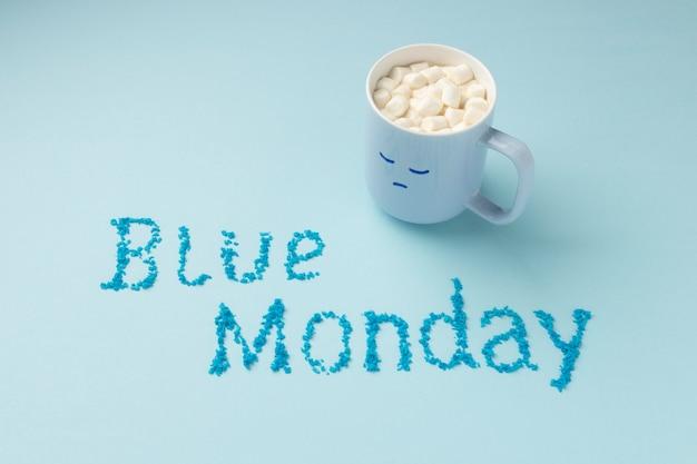Composição de ângulo alto de segunda-feira azul com caneca triste