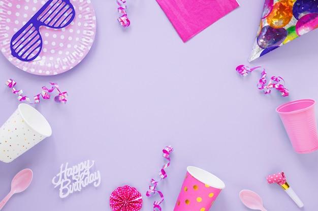 Composição de aniversário diferente no fundo roxo