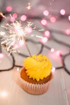 Composição de aniversário moderno com lindo bolinho