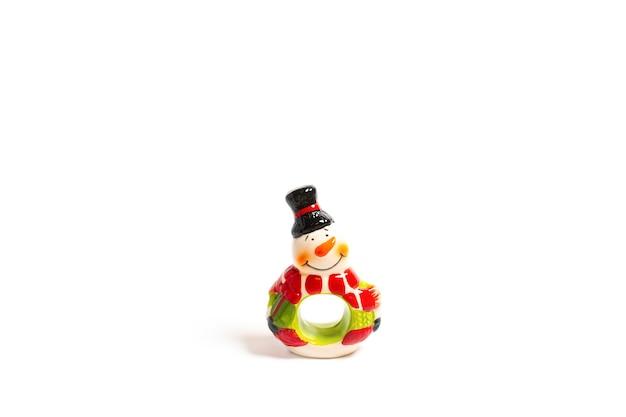 Composição de ano novo. boneco de neve em um fundo branco. natal, inverno. flatlay, copie o espaço