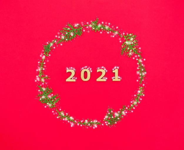 Composição de ano novo com a inscrição e ramos de coníferas cobertos de neve