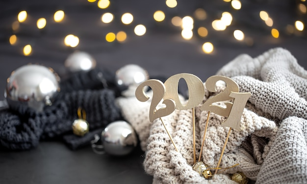 Composição de ano novo com número de ano novo de madeira e fundo festivo.