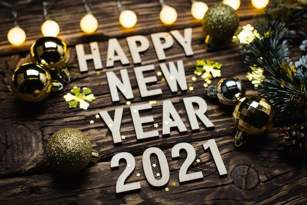 Composição de ano novo de 2021 em um background de madeira