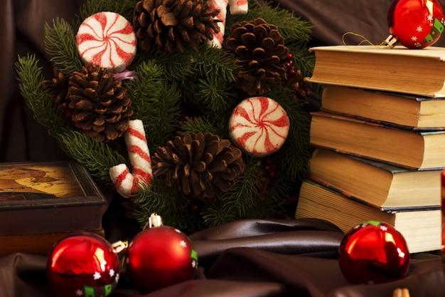 Composição de ano novo de canecas, livros, caixões, bola de natal
